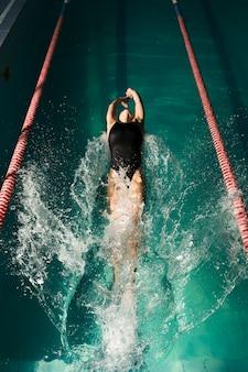 Professionele zwemmer die op rug zwemt