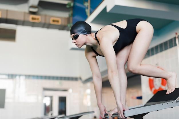 Professionele zwemmer die voorbereidingen treft om te springen