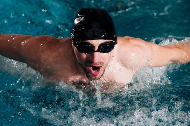 Professionele zwemmerspraktijk onder een hoge hoek