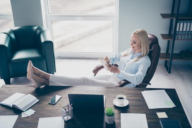 Profiel aantrekkelijke zakendame lees bedrijfsrapport