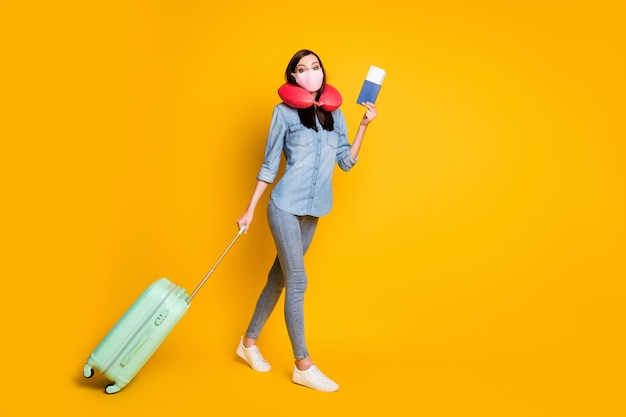 Profiel kant meisje vasthouden documenten bagage reizen gaan inchecken medisch masker dragen zacht nekkussen