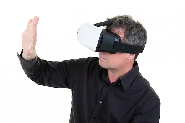Profiel man in vr bril spelen videogames met virtual reality headset proberen iets met de hand aan te raken