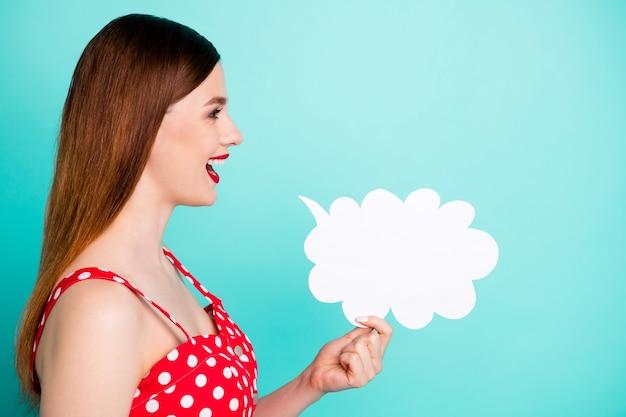 Profiel mooie dame kijk lege ruimte houd papier geest wolk