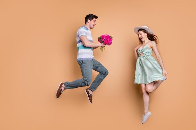 Profiel op volledige grootte dame man getrouwd stel reizen sprong houden verse bos bloemen
