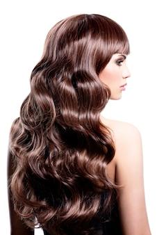 Profiel portret van een mooie vrouw met bruine krullende haren - geïsoleerd op een witte achtergrond.
