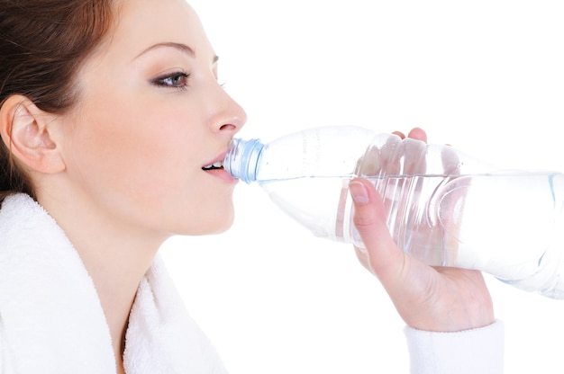 Profiel portret van jonge vrouw drinkwater uit de fles