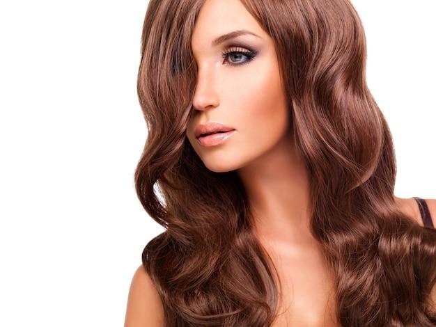Profiel portret van mooie vrouw met lange rode haren. close-up gezicht met krullend kapsel, geïsoleerd op wit.