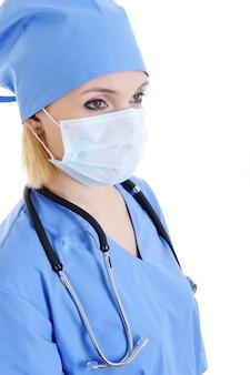 Profiel portret van vrouw chirurg in medisch masker op gezicht