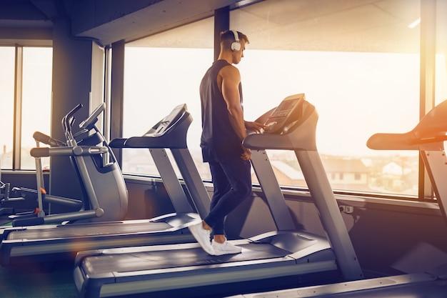Profiel te bekijken van geconcentreerde fit man luisteren naar muziek