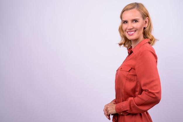 Profiel te bekijken van gelukkig mooie blonde zakenvrouw camera kijken