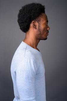 Profiel te bekijken van jonge knappe afrikaanse man