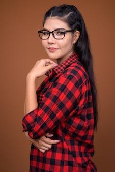 Profiel te bekijken van jonge mooie aziatische hipster vrouw