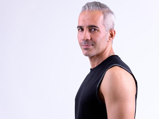 Profiel te bekijken van knappe perzische man kijken camera klaar voor sportschool