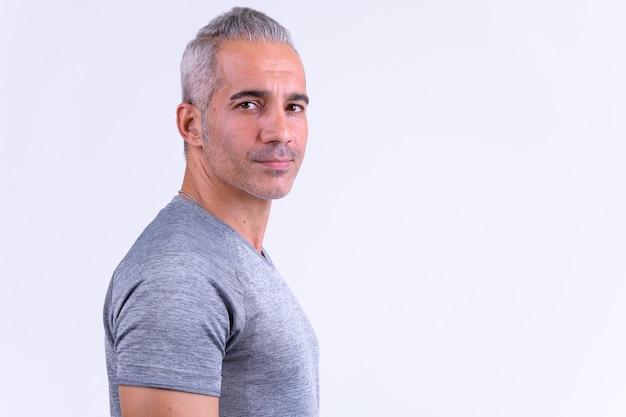 Profiel te bekijken van knappe perzische man kijken camera klaar voor