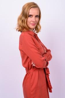 Profiel te bekijken van mooie blonde zakenvrouw camera kijken met gekruiste armen
