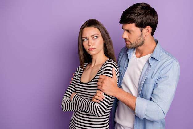Profiel twee mensen paar kerel die beledigde dame vergiffenis vragen, medelijden hebben met haar schouders dragen stijlvolle casual outfit geïsoleerde pastel paarse kleur muur
