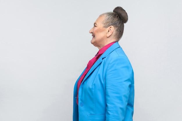 Profiel van een gelukkige oude vrouw met grijs haar