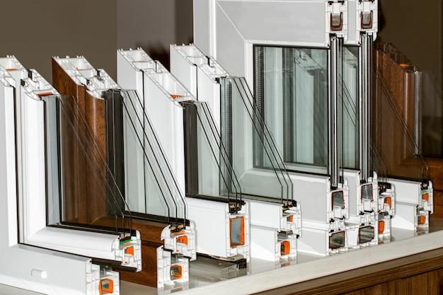 Profiel van een kunststof raam, een deel van een close-up van een raam met dubbele beglazing met meerdere compartimenten Premium Foto