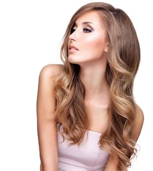 Profiel van een mooie jonge vrouw met lang golvend haar en make-up