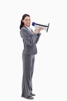 Profiel van een onderneemster die met een megafoon glimlacht