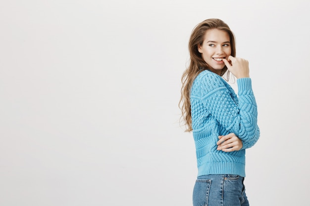 Profiel van het glimlachen mooie vrouwendraai links en raak lip aan