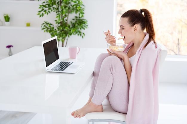 Profiel van :: huisvrouw dame comfort zitten bedekt deken kijken notebook eten
