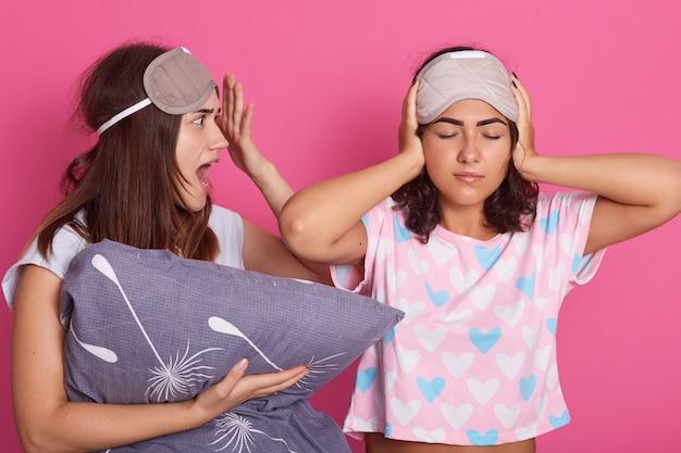 Profiel van jonge schreeuwende vrouw die wijd open haar mond met schok