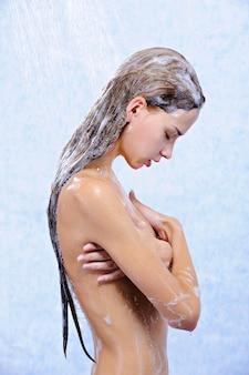 Profiel van :: naakt mooi mooi meisje dat een douche neemt