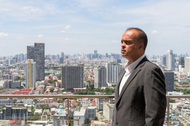 Profiel weergave portret van indiase zakenman in de stad in bangkok, thailand