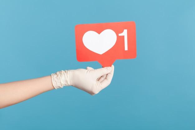 Profiel zijaanzicht close-up van menselijke hand in witte chirurgische handschoenen met sociale media zoals stok.