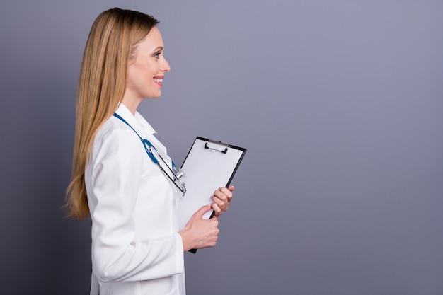 Profiel zijaanzicht portret van doc medische formulier in de hand te houden