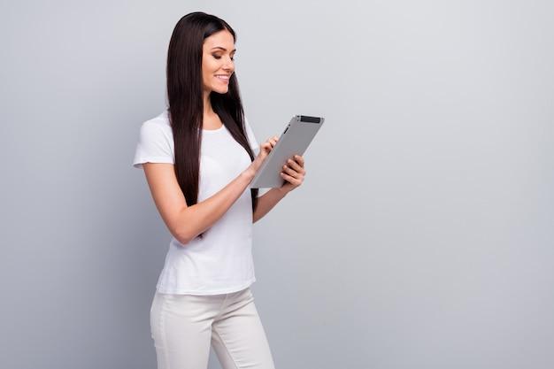 Profiel zijaanzicht portret van meisje in handen houden met behulp van ebook lezen