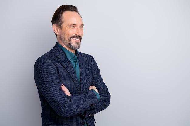 Profiel zijaanzicht portret van middelbare leeftijd man in pak gekruiste armen
