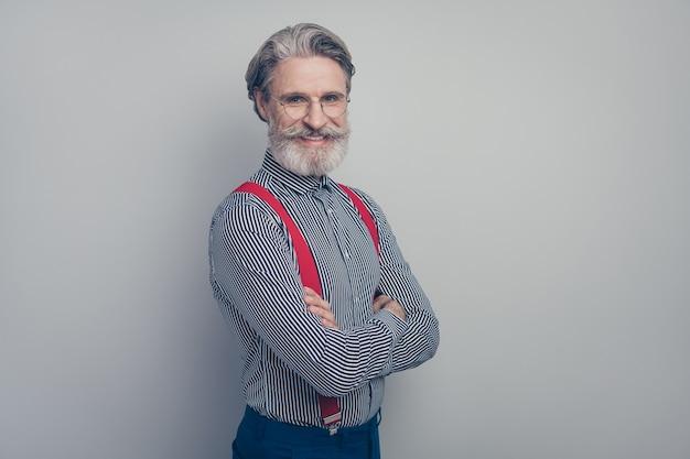 Profiel zijaanzicht portret van zijn hij mooie aantrekkelijke goedgeklede elegante stijlvolle chique vrolijke vrolijke man leider gevouwen armen geïsoleerd over grijze pastelkleur achtergrond