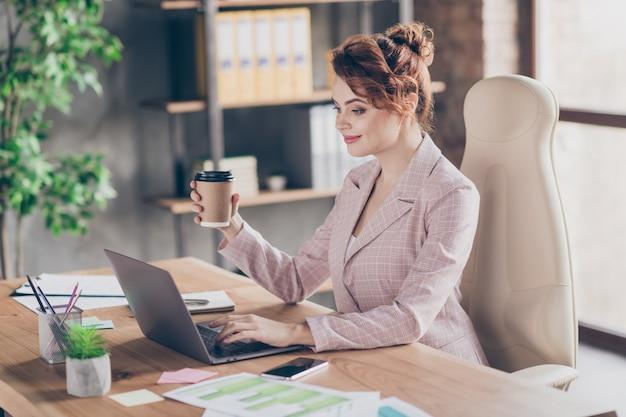 Profiel zijaanzicht portret vrolijke dame latte werk drinken