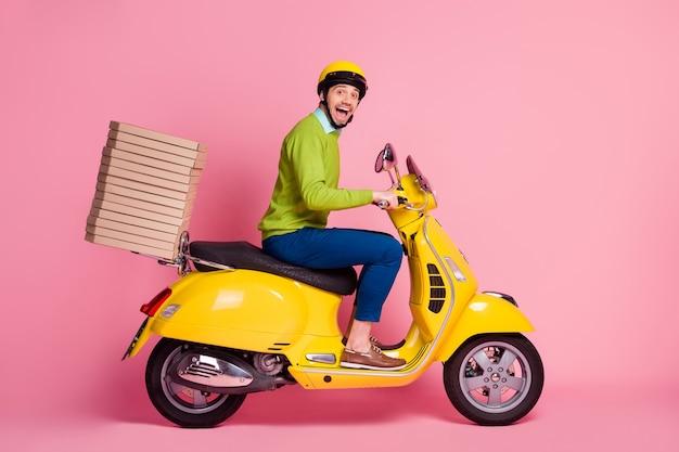 Profiel zijaanzicht van dolblij man rijden bromfiets stapel stapel pizza brengen