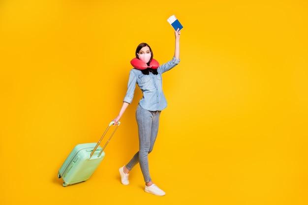 Profiel zijfoto meisje houd tickets tas reizen naar het buitenland draag medisch masker zacht nekkussen