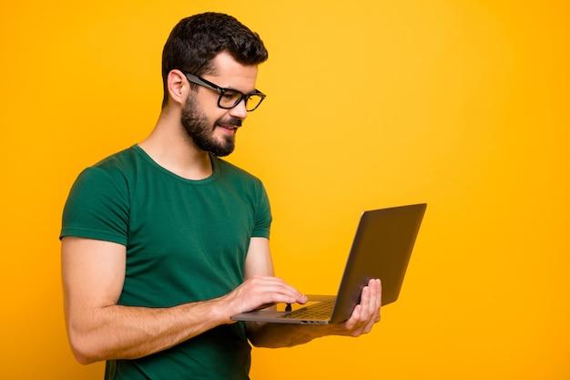 Profiel zijfoto van positieve vrolijke programmeur man gebruik computer