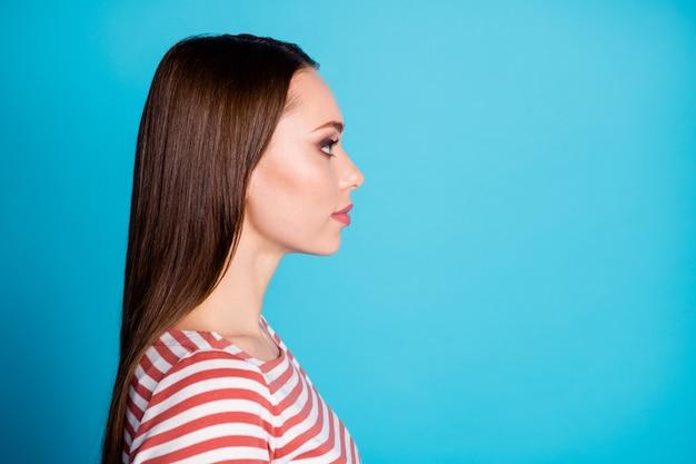 Profielfoto aan de zijkant van een leuk, aantrekkelijk meisje, kijk copyspace, luister naar haar werknemer, draag een casual stijlshirt geïsoleerd over een blauwe achtergrondkleur