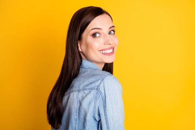 Profielfoto aan de zijkant van een prachtig prachtig meisje dat eruitziet als copyspace, stel je voor inspiratie