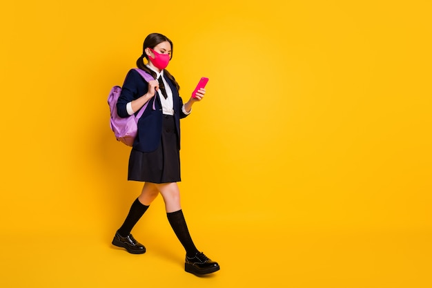 Profielfoto op volledige grootte middelbare school tiener ga lopen gebruik smartphone chatten