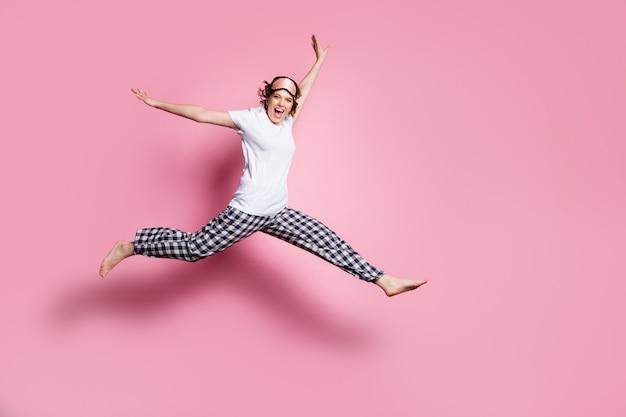Profielfoto op volledige grootte van grappige dame spring hoog verheug op roze muur