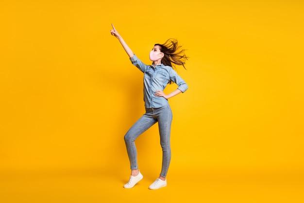 Profielfoto op volledige grootte van performer meisje dans wijsvinger opsteken copyspace draag masker