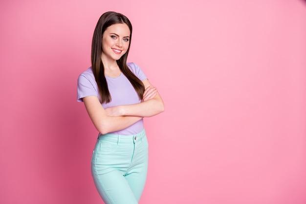 Profielfoto van aantrekkelijke charmante zakelijke dame goed positief goed armen gekruist zelfverzekerd persoon draag casual violet t-shirt groenblauw broek geïsoleerd roze pastel kleur achtergrond