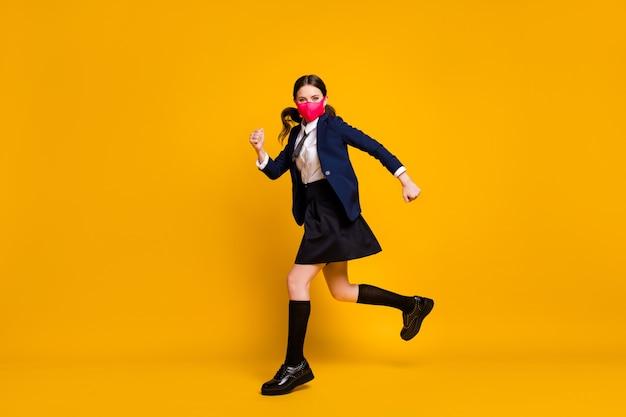 Profielfoto van de volledige lengte van een tienermeisje op de middelbare school dat springt