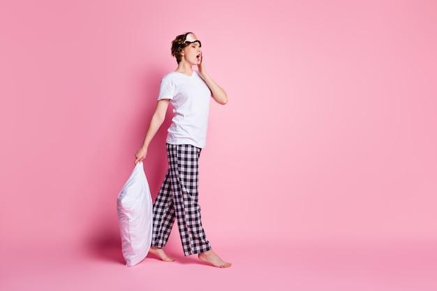 Profielfoto van de volledige lengte van het mooie hoofdkussen van de damegreep slaperig vermoeide wandeling