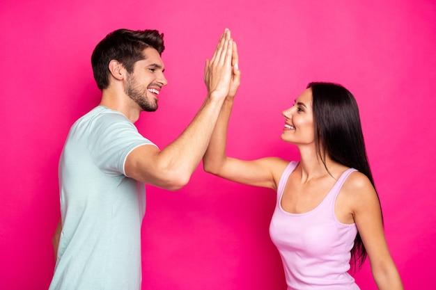Profielfoto van grappige man en dame paar deed goed werk klappende handen verheugend beste teamkleding casual outfit geïsoleerde roze kleur achtergrond
