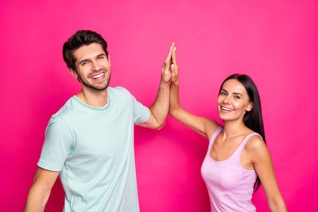 Profielfoto van grappige man en dame paar deed goed werk klappende handen verheugend na beste team werkkleding casual outfit geïsoleerde roze kleur achtergrond