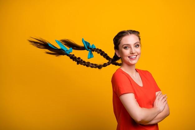 Profielfoto van mooie dame armen gekruist op gele muur
