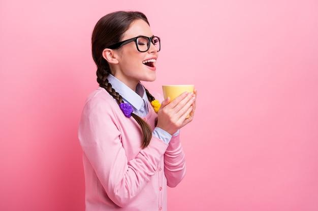 Profielfoto van mooie student dame hand in hand warme verse drank beker ogen gesloten kleine pauze huiswerk dolblij goed humeur slijtage shirt pullover specificaties geïsoleerde pastel roze kleur achtergrond